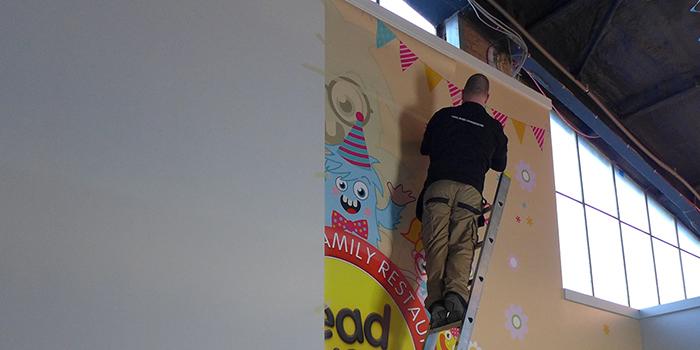 dán tranh ảnh trang trí tường nhà